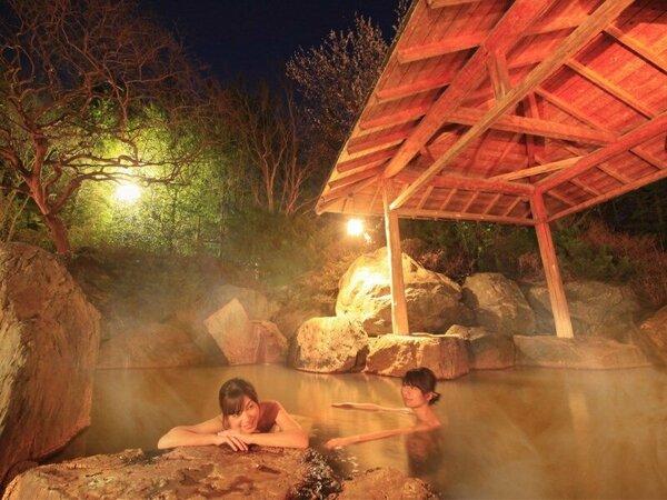 【露天風呂】湯の色は茶褐色、篝火は夕暮れ時から夜12時まで灯しております。