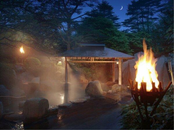 【露天風呂】~篝火と静寂が織りなす幻想の世界へ~ 露天風呂本来の趣を実現しております。