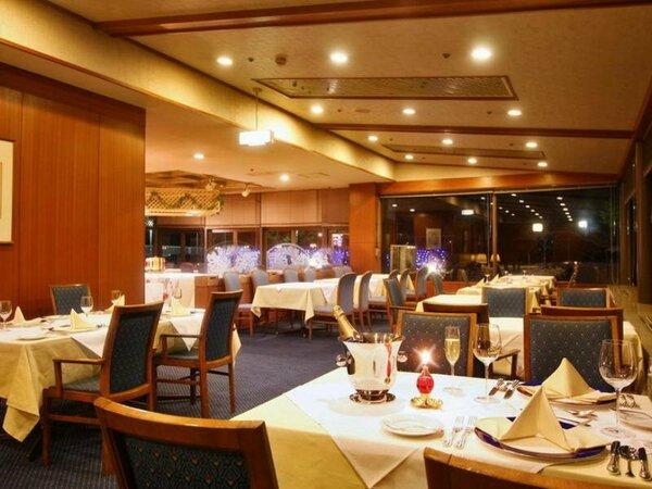 窓の外にはイルミネーションの輝きもみられるレストラン「ベルビュー」でロマンチックなひと時を・・
