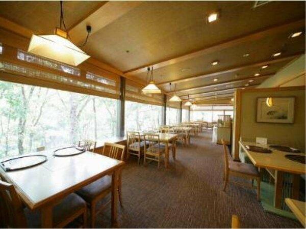 繊細な日本料理を堪能できる和食処「和(やわらぎ)」渓谷に面したとても眺めの良い空間です。