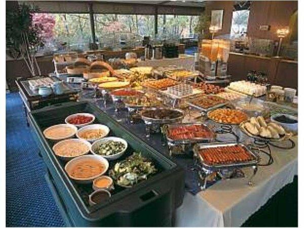 ご朝食は約35種の和洋バイキング。焼き立てクロワッサンが大人気!