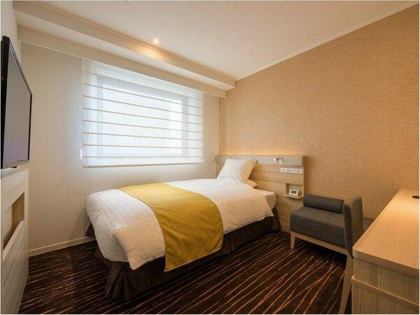 【シングルルーム】140cm幅のセミダブルベッド。ライティングデスクを備えビジネス利用に最適です。
