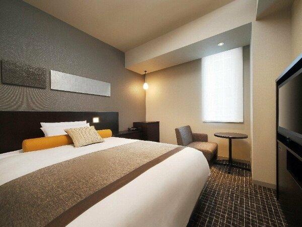 シングルルーム<リラックスタイプ>(昼) ※ ベッド幅は140cmです。 (写真は広角レンズ使用)