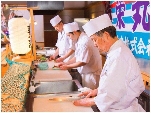 お寿司は目の前で、握りたてをお出しします。