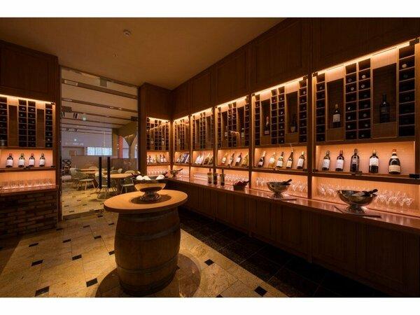 新レストラン内のワインセラー。