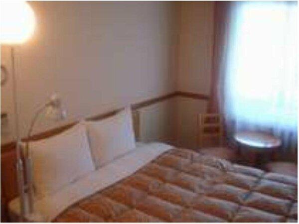 ダブルルームです♪ベッドの幅は160cm。お二人で寛げる小さなテーブル&イスもございます。