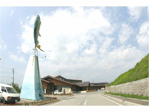 大きな鮎の像が目印です!