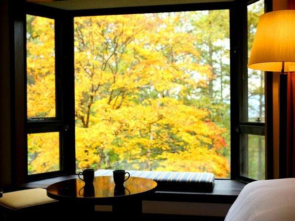 ガーデンビューの部屋からの紅葉