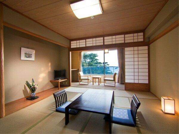 [和室バストイレ付]広々とした10畳の和室。窓の外は松林越しに弓ヶ浜の白砂が広がります。