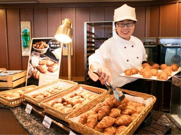 ベーカリースタッフがオープンキッチンで焼きたてのパンをご提供しております。