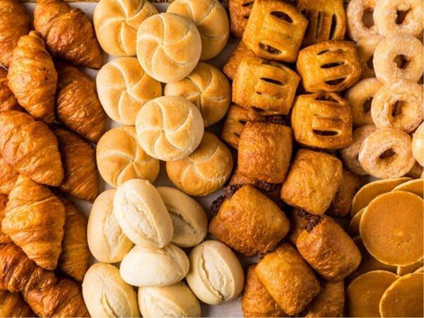 オープンキッチンで焼く朝食のパン