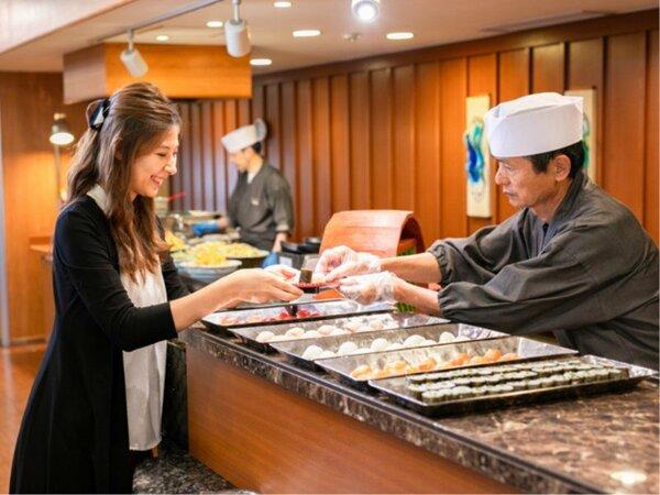 オープンキッチンでは、調理スタッフが天ぷらや握り寿司の実演をいたしますので出来立てをどうぞ!