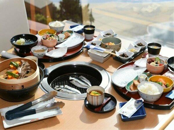 ダイニング「海」の朝食例。干物は炭火で熱々を召し上がって頂きます!御飯がススミマス