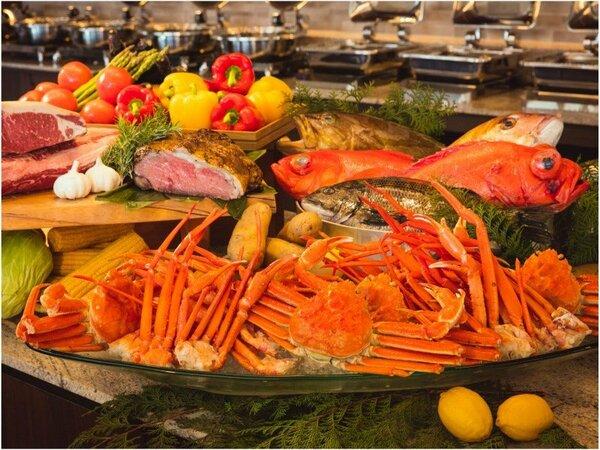 和・洋・エスニックなど多彩な料理が並ぶディナーブッフェでお好きなものを! ※写真はイメージです。