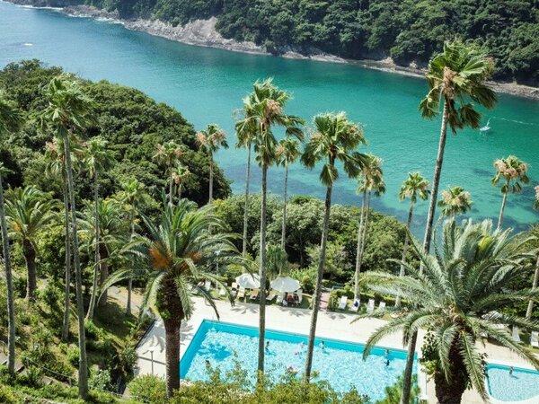宿泊者専用のガーデンプールから水着のまま眼下の大浦、鍋田浜海水浴場まで歩けます。