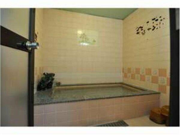 家族風呂は館内に二つございます。貸切ですので、お揃いでどうぞ。