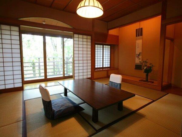 和室10畳+洋寝室12畳に10畳のリビングルームがついた当館で一番広い140平米のお部屋でございます