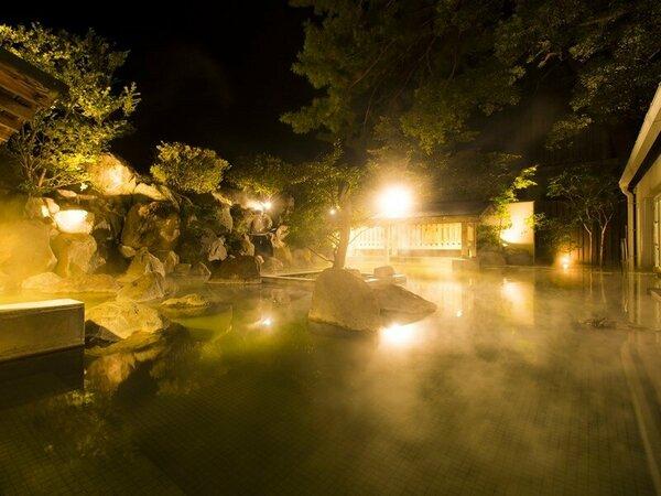 【楠湯殿】住宅地の中にありながら開放感溢れる大露天風呂で過ごす贅沢なひととき。