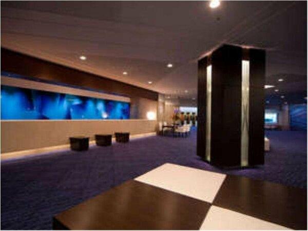 【1Fロビー】深海をイメージした紺碧のロイヤルブルーがテーマカラー。上質のリゾート空間が広がる。