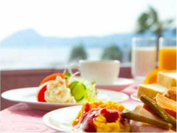 【朝食】海を眺めて食事を楽しむ。朝の静かなひと時をごゆっくりお過ごしください。