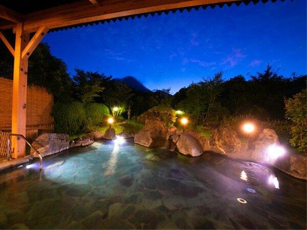 ゆふの湯〉景観の美しい露天風呂に浸かりながら、空の明るさが変わる瞬間を眺める―