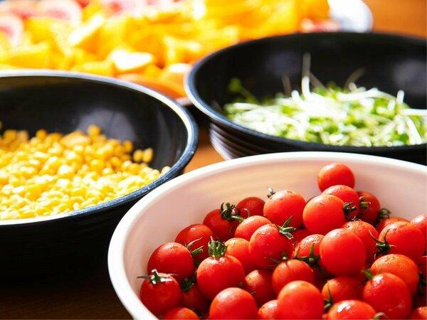 〈朝食バイキング〉お好きな野菜を選んで、不足しがちな栄養素を補充♪