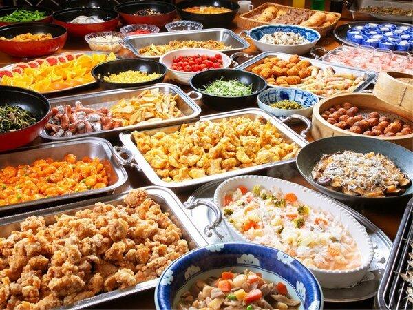 〈朝食バイキング〉多彩なメニューはなんと約50種類 ※季節によってメニューが入れ替わります