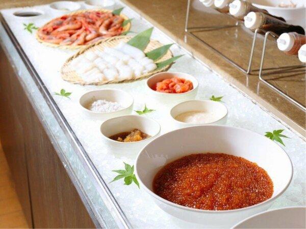【朝食バイキング】地元の新鮮な海の幸。人気のいくらは丼に好きなだけ載せて食べるのもオススメ(一例)