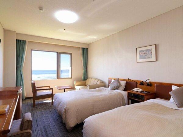 【湖&夕日側】ツインルーム/窓の外には雄大なサロマ湖の景色が広がります(客室一例)