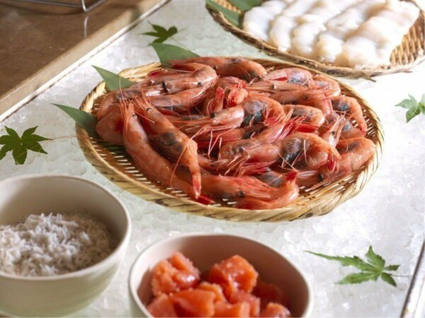 【朝食バイキング】新鮮なエビの刺身を贅沢にビュッフェスタイルで(一例)