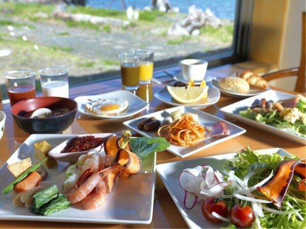 【朝食バイキング】明るいレストランで爽やかな一日の始まりを(一例)
