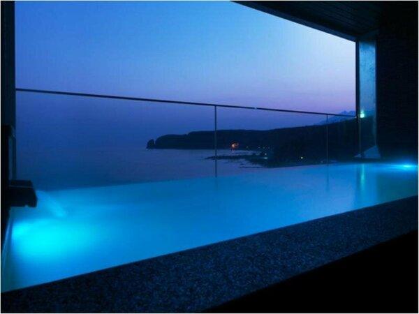 【大浴場】開放感と快適さを兼ね備えた「汐音(SION)」。夜明け前や夕暮れもおすすめです。