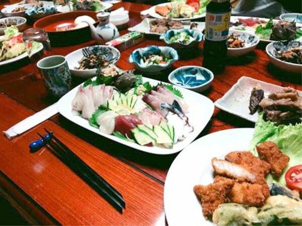 夕食一例/新鮮な魚介類や、ジビエ料理、ご当地グルメなど、様々な料理が並びます