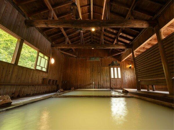 【千寿の湯】野地の原点、総檜風呂。3段階の温度が楽しめます。