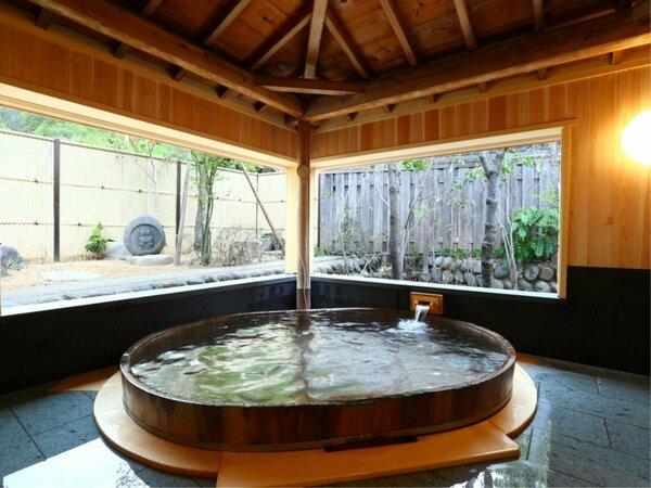 木もれ日の湯 大きな窓から道祖神も見ることができます