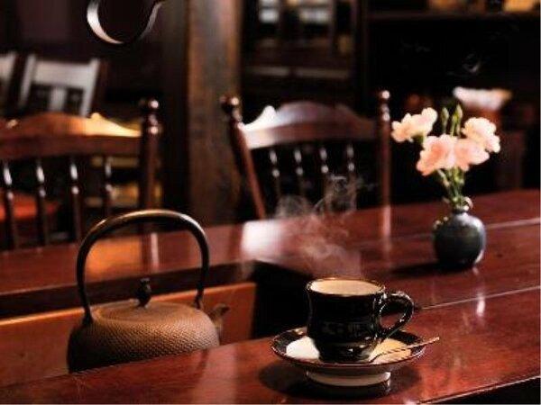 落ち着いた雰囲気のロビーでサービスのモーニングコーヒーを。
