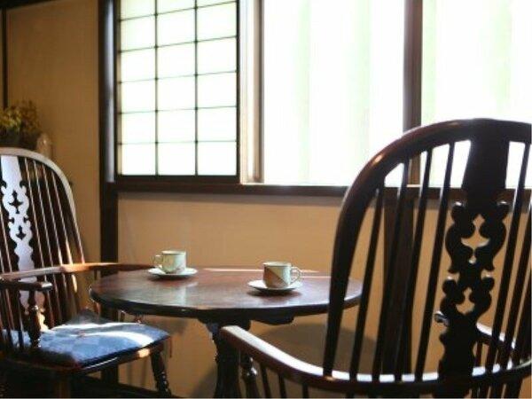 【談話室】松本民芸家具に囲まれた落ち着いた空間のロビーです。