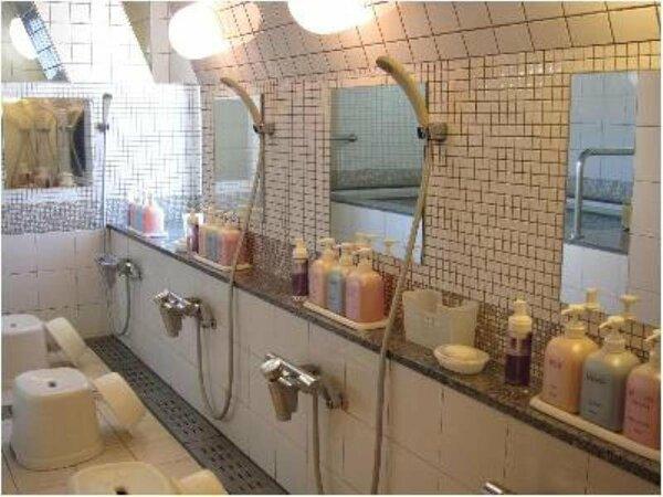 【大浴場】女湯:洗い場は全部で3つ。