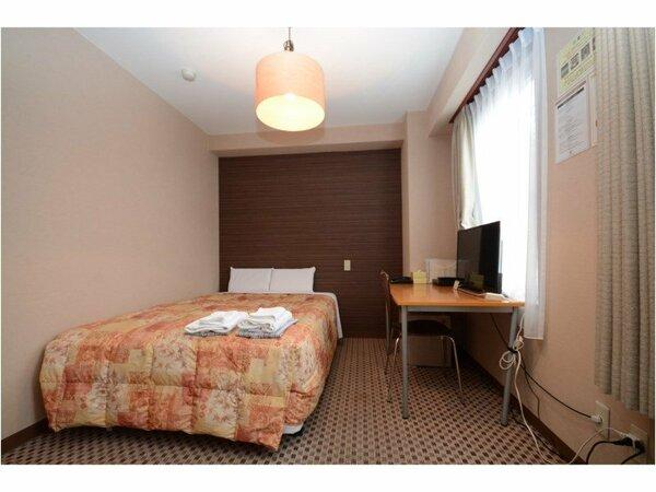 ダブルルーム:ベッド幅140cm、客室面積18平米。サータ社製仕様のマットレス&低反発枕を完備