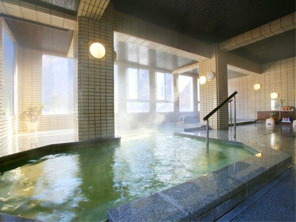 ・【観山の湯】男性大浴場 大きな湯船で窓も大きく、内湯でも開放的です