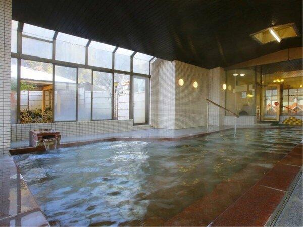・【百花の湯】女性大浴場 大きな湯船で窓も大きく、内湯でも開放的です