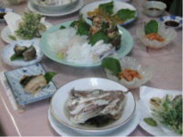 オーナーが腕を振るった洋食から、地元でとれた新鮮な魚の刺身・塩焼き・煮魚まで、盛沢山です。