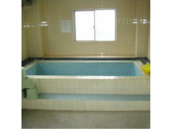 ☆大浴場☆一緒に10人は入浴できる大浴場・小さなお風呂で一緒に3人位が入浴できます。