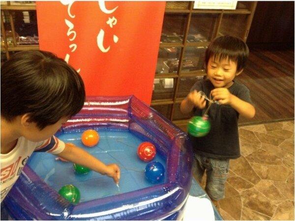 夏休みの催し物にお子様は夢中。