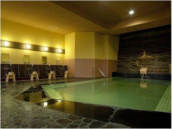 自家源泉かけ流しの大浴場「芭蕉の湯」モザイクタイルの壁画がモダン。