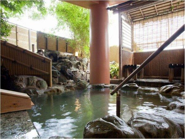 江戸城の石垣にも使われた伊豆石を贅沢に使った露天風呂。