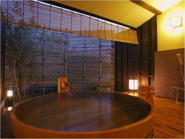 ≪貸切露天風呂、お宮≫大きな浴槽と湯上りスペースが贅沢な貸切露天風呂です。