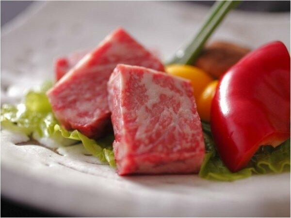 しっかりと霜降りした高品質和牛を熱した溶岩でじゅーっと炙ります。お肉本来の旨味が楽しめる1品です。