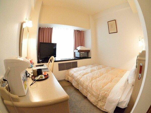 シングルルーム。インサイドで眺望は内庭向きですが、ベッドはセミダブルです。
