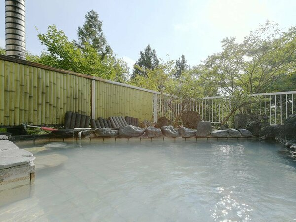 自然の中にたたずむ当館だからこそ味わえる、落ち着いた露天風呂の雰囲気をお楽しみください。